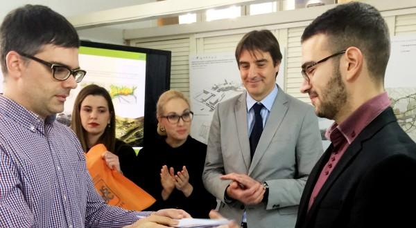 Nenad Jacimovski prima nagradu za master rad